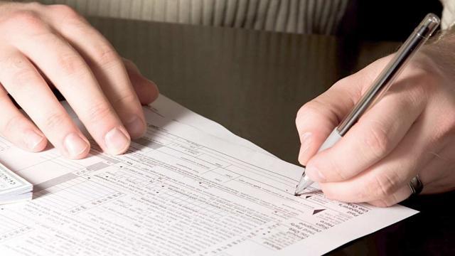 Срок уплаты алиментов на детей работодателем: с какого числа они начисляются, сколько раз в месяц, а также можно ли удерживать алименты по заявлению сотрудника